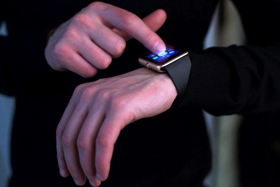 Pantalla reloj que detecta infartos