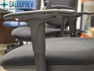 Reposabrazos en una silla ergonómica